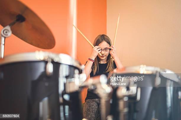 Chica preparándose para roca en tambores