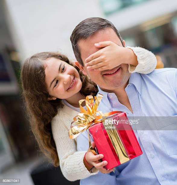 Jeune fille donnant un cadeau à papa