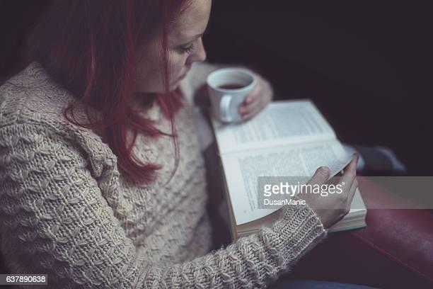 Mulher tendo uma pausa com o copo de café frescos