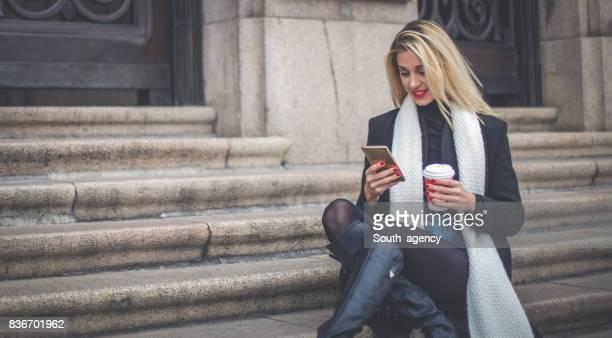 Mädchen mit Kaffeepause