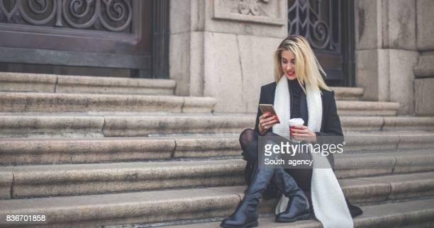 Mädchen mit Kaffee auf Schritte