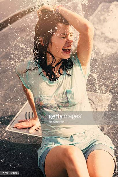 Ragazza divertirsi in una fontana