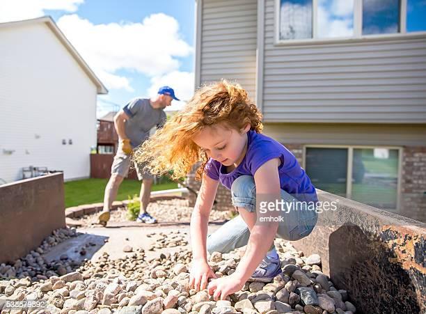 Mädchen helfen Vater Landschaft Rock vor Haus