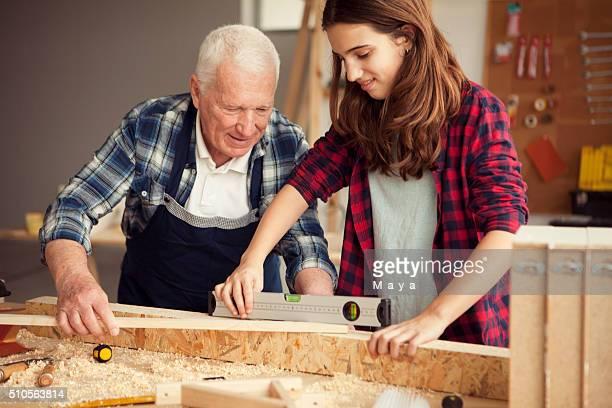 """Filles aidant grand-papa à l """" atelier"""