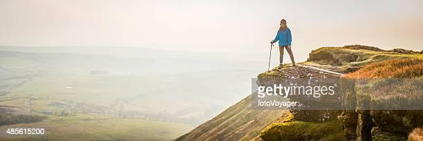 Frau Wanderer auf Berg auf nebligen valley Sonnenaufgang panorama