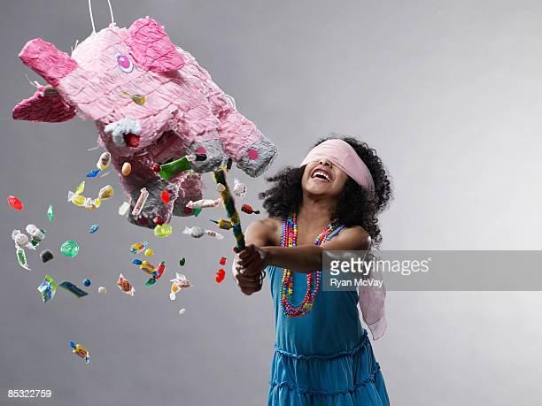 Mädchen schlagen Piñata, Süßigkeiten