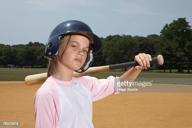 Ein Mädchen mit einem Baseballschläger
