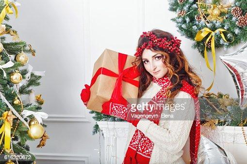 Girl holding a Christmas present. : Stockfoto