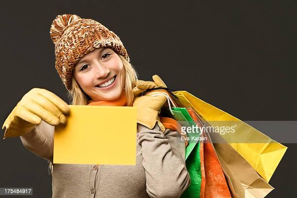 Fille tenant une carte-cadeau