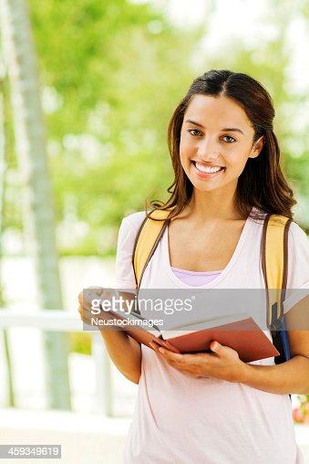 予約を抱える少女を笑顔で大学のキャンパス