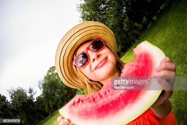 Fille tenant un morceau de pastèque