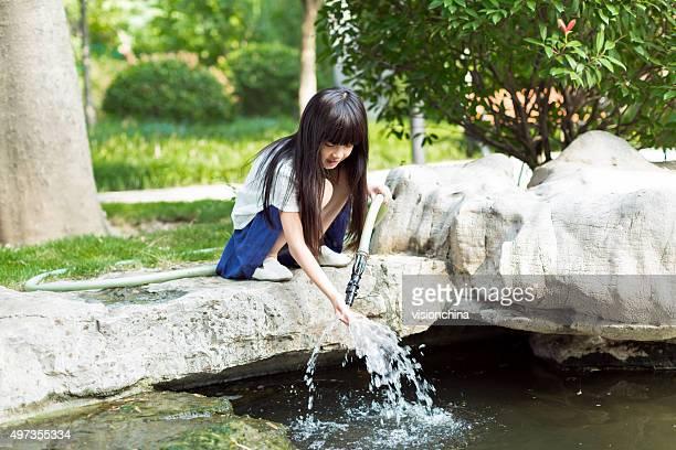 Mädchen holding Wasserpfeife