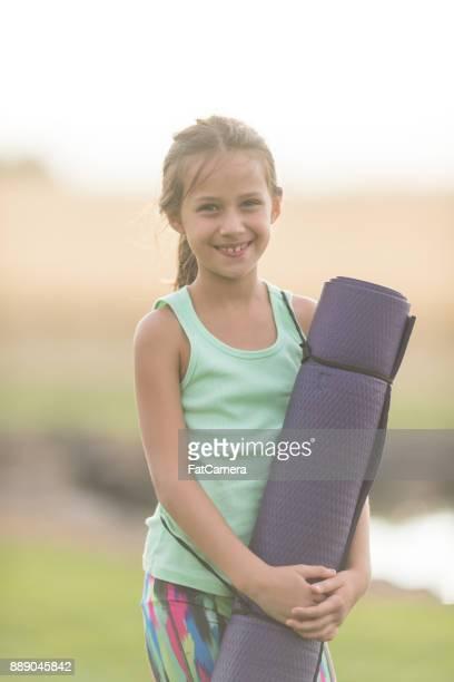 Mädchen mit Yoga-Matte