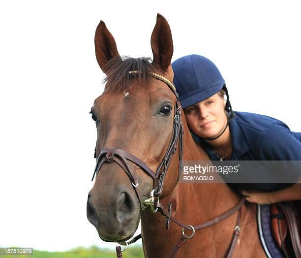 Mädchen umarmen Ihr Pferd isoliert auf weißem Hintergrund und Gras