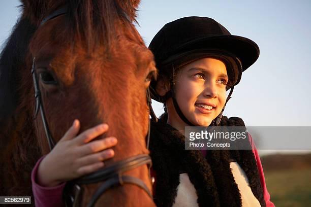 Mädchen umarmen pony