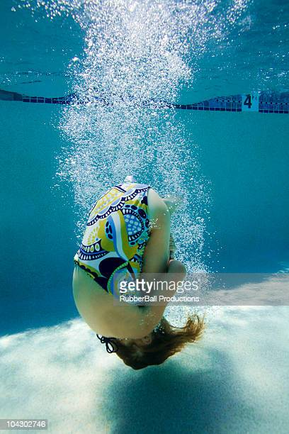 Mädchen in einem pool