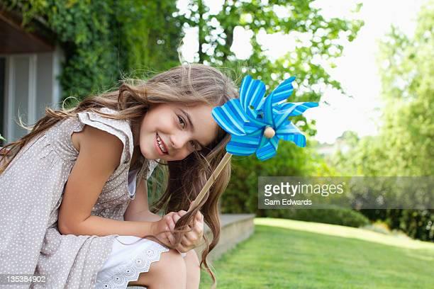 Fille dans le jardin en tenant Moulin à vent