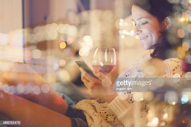 Ragazza a letto utilizzando il telefono