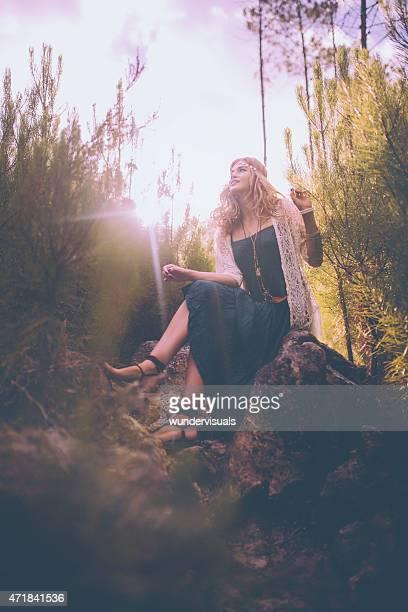 Girl でボヘミアンなファッションで自然に太陽フレア