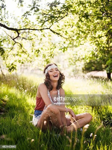 boho-Mode Mädchen lachen in einem Sommer-park