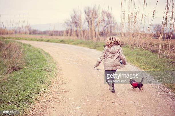 Fille de la campagne avec son chien de course