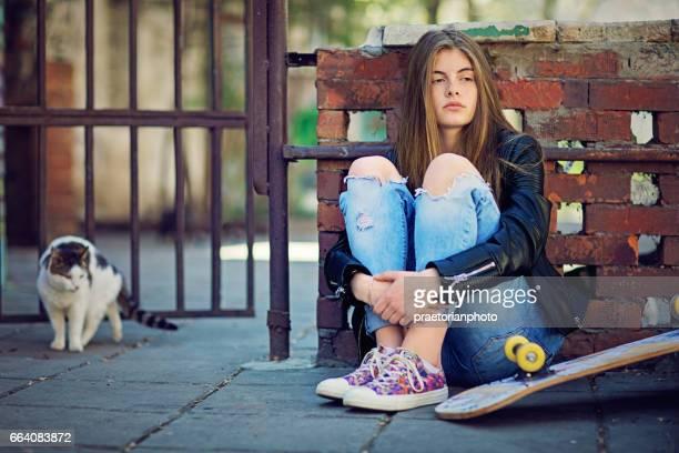 Mädchen in Depression steht traurig auf die vergünstigte