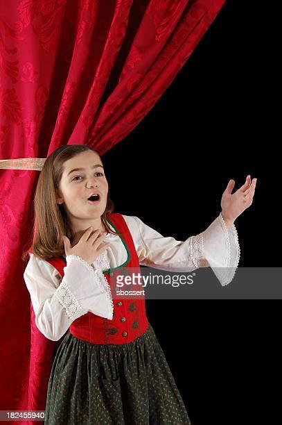 Femme en costume bavarois Chanter