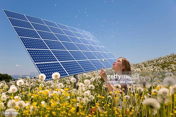 Mädchen in Feld mit Solarzellen
