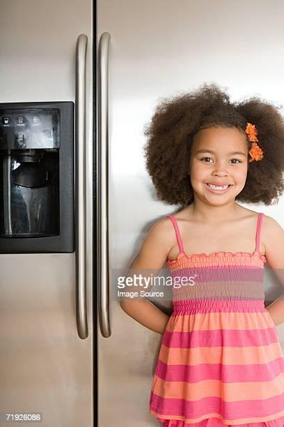 Menina na frente do frigorífico