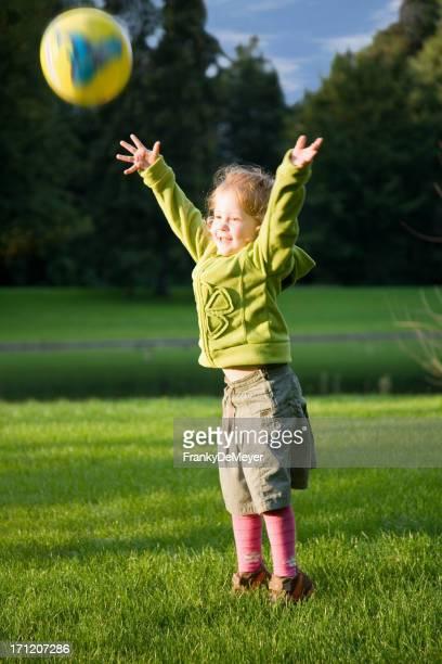 Chica en verde lanzar una pelota