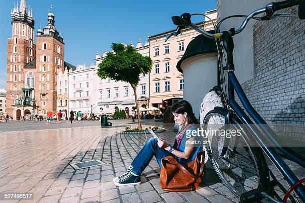 Chica en Cracovia navegar por la red