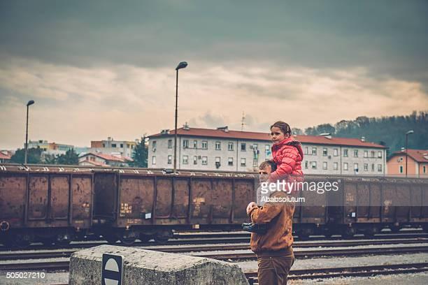 Mädchen in Rosa Reiten auf Großvater's Schulter, Bahnhof, Europa