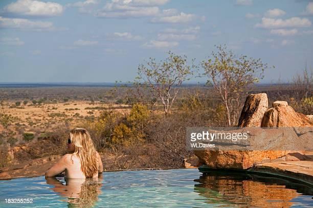 Fille de safari lodge de la piscine