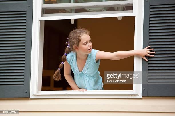 Mädchen im Fenster öffnen