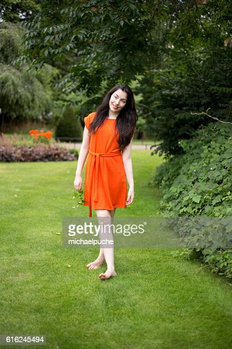 Menina no parque : Foto de stock