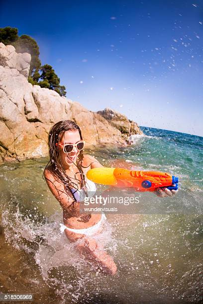 Fille en Waterfight à la plage