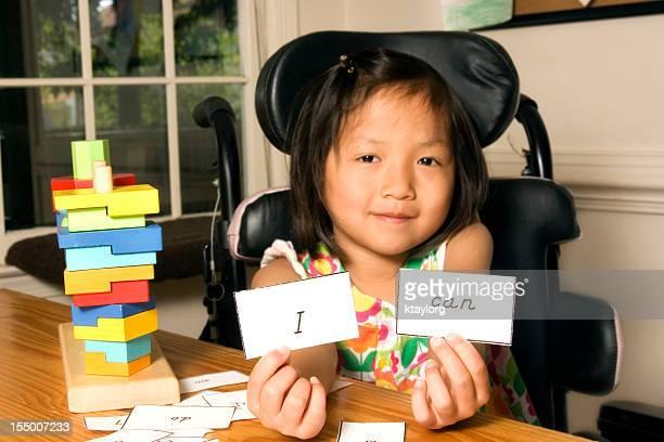 Jeune femme dans un fauteuil roulant avec mots de confiance