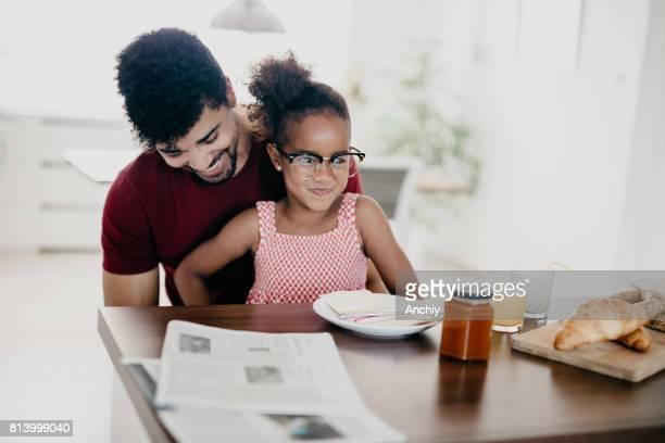 Mädchen ist ihr liebevoller Vater amüsant.