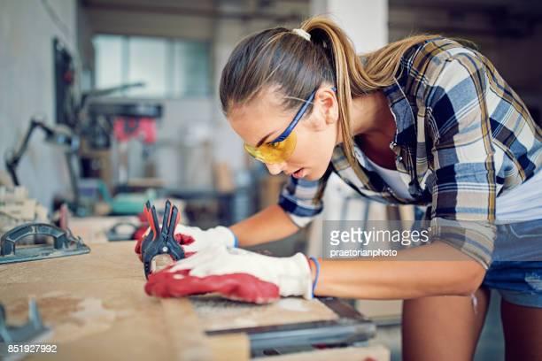 Mädchen arbeitet mit Puzzle in einer kleinen Familie Zimmermann-Fabrik
