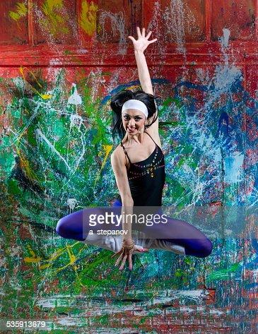 Chica pasar de arte graffiti : Foto de stock