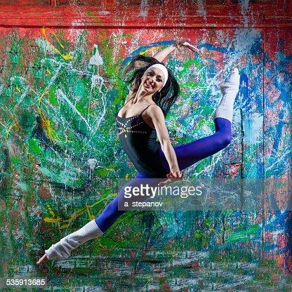 Menina saltar de Arte do graffiti : Foto de stock