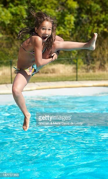 Mädchen springen in pool