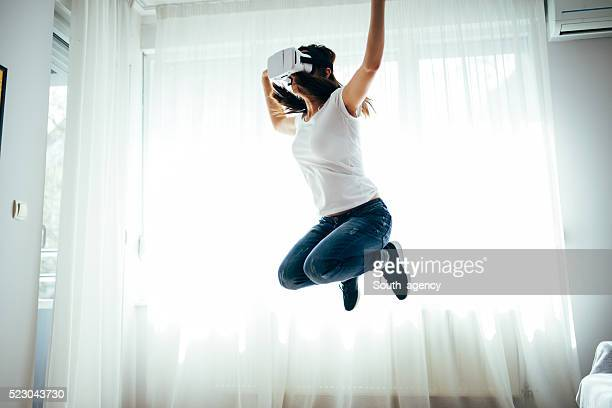 Mädchen springt mit VR-headset