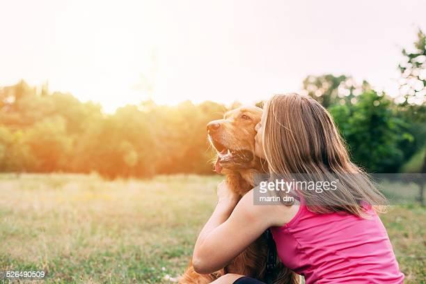 Fille Embrasser un chien