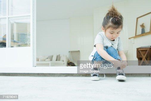 Girl 学習に彼女の靴紐