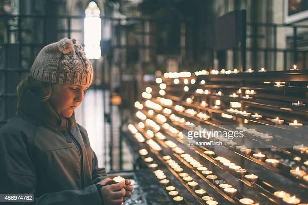 Mädchen Beleuchtung eine Kerze in der remembrance