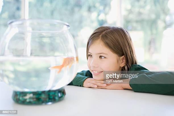 Mädchen, die ein Goldfisch in bowl