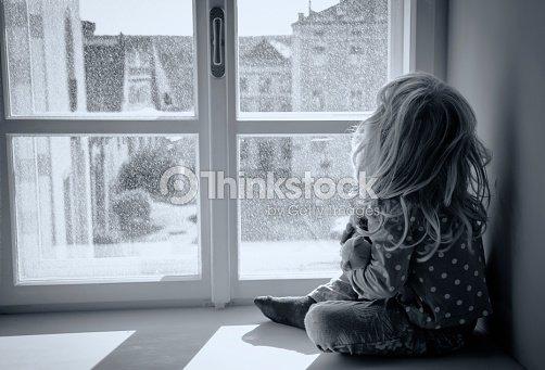 Femme regardant par la fen tre photo thinkstock for Par la fenetre feydeau