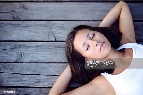 Girl lying down on un muelle