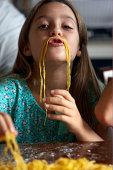 Chica que alrededor de los labios con spagetti